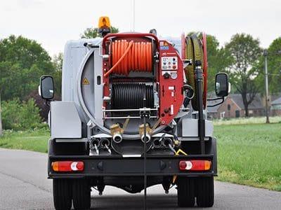 Materiel et equipement dans un camion de pompage 400x300 - Comment déboucher une canalisation d'égout